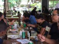 Cliente acusa restaurante de racismo e volta com moradores de rua
