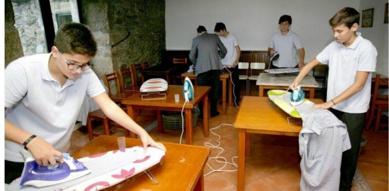 O colégio que ensina rapazes a cozinhar, limpar e passar a ferro