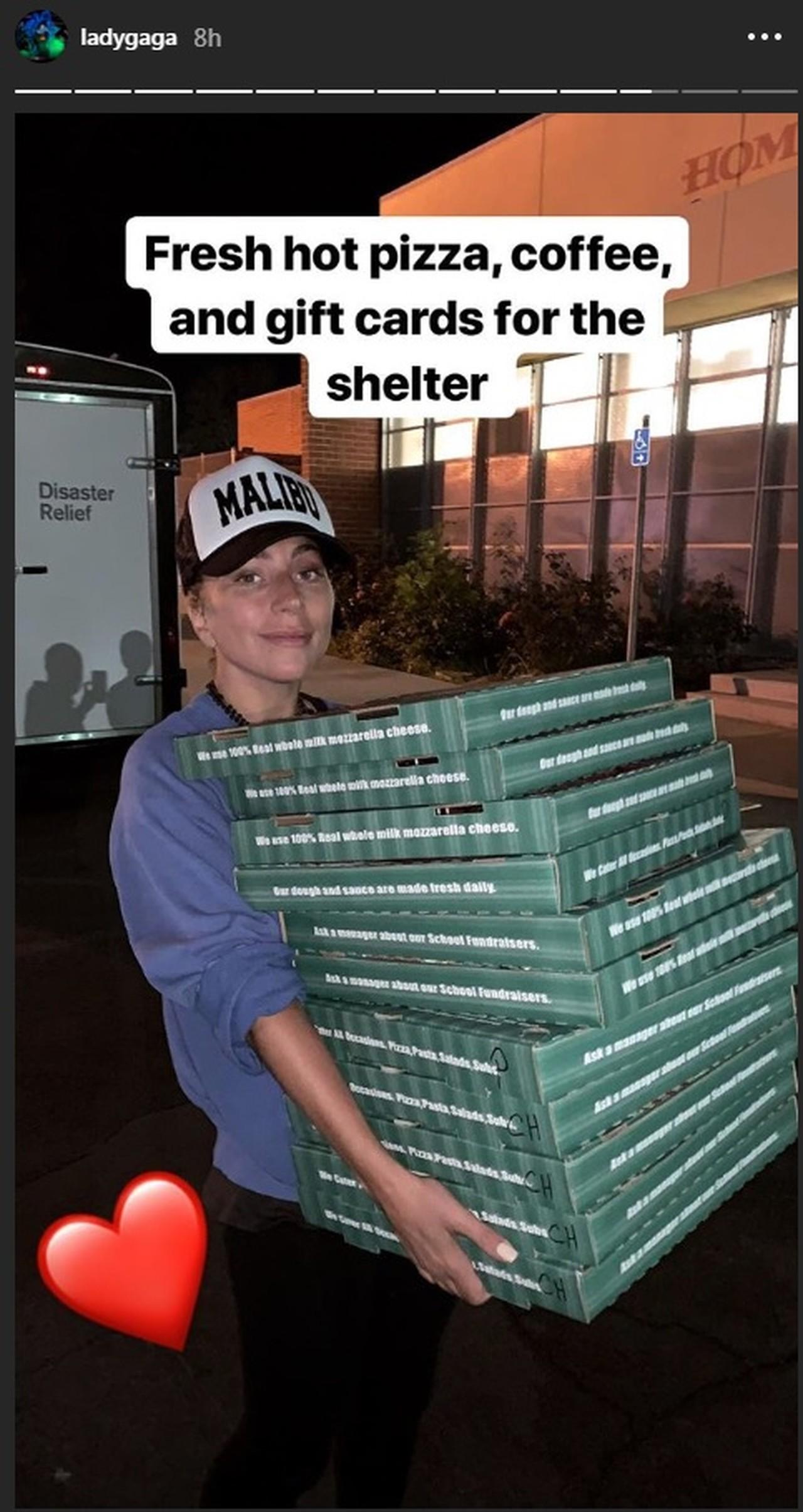 Lady Gaga faz surpresa e entrega pizza em abrigo na Califórnia após incêndio