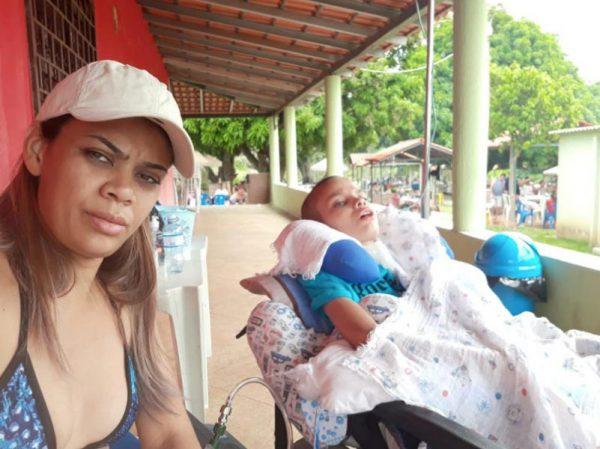 Gusttavo Lima faz doação em show para fã tratar filho doente