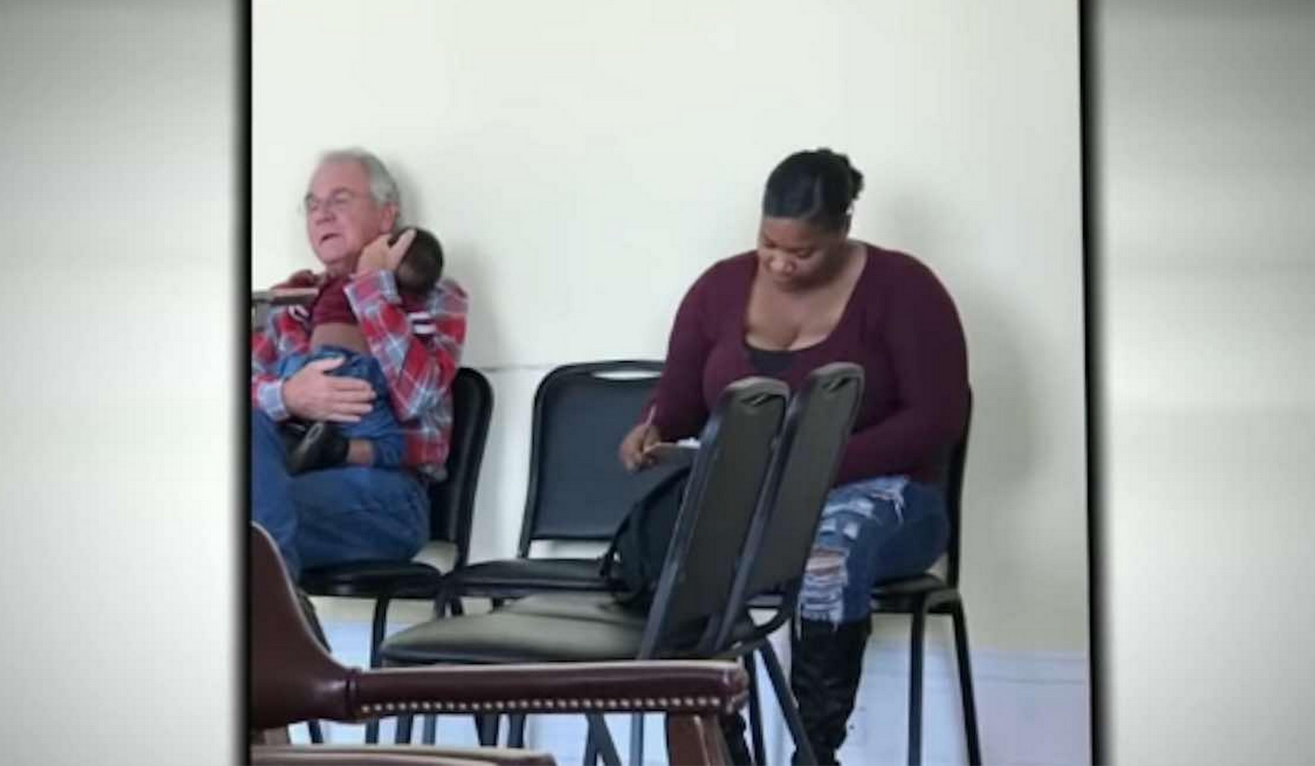 Foto de idoso segurando filho de mãe ocupada em consultório derrete corações dos internautas 2