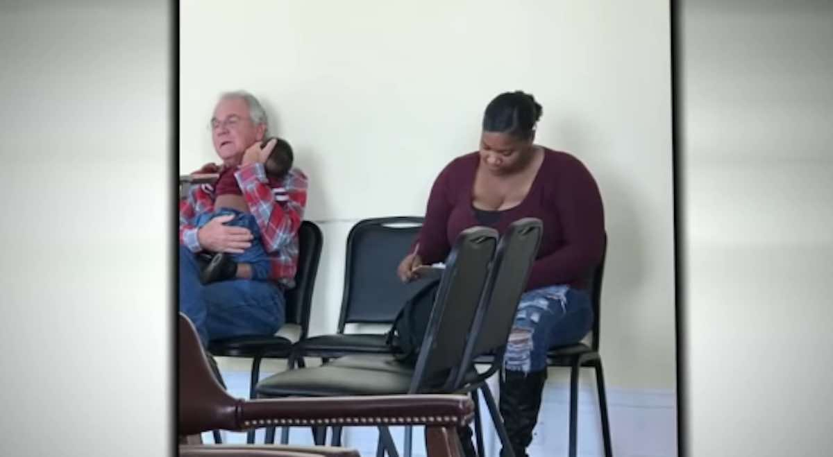 Idoso oferece ajuda segura bebê mãe ocupada consultório