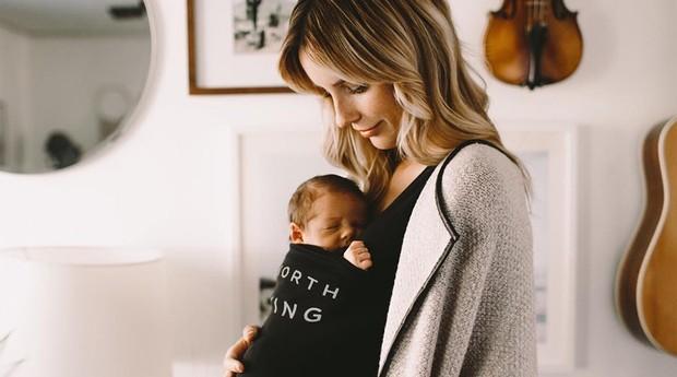 Casal cria camiseta para pais carregarem os filhos