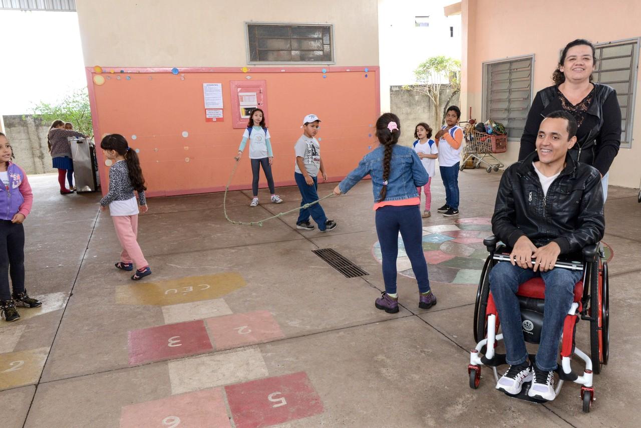 Professor cego e cadeirante inspira alunos com sua história
