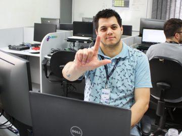 empresa ensina libras integrar colaborador deficiente auditivo