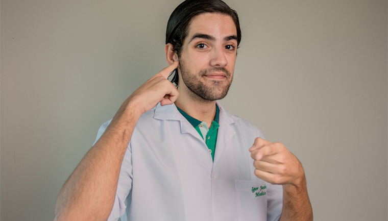 médico aprende libras comunicar pacientes deficientes auditivos