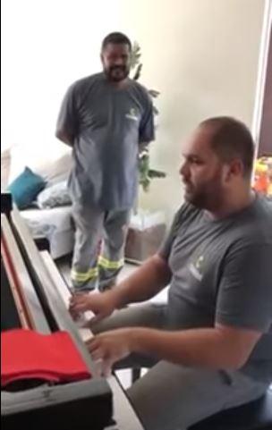 Técnicos emocionam tocarem piano casa cliente