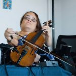 ela desenvolveu jeito próprio tocar violino doença rara