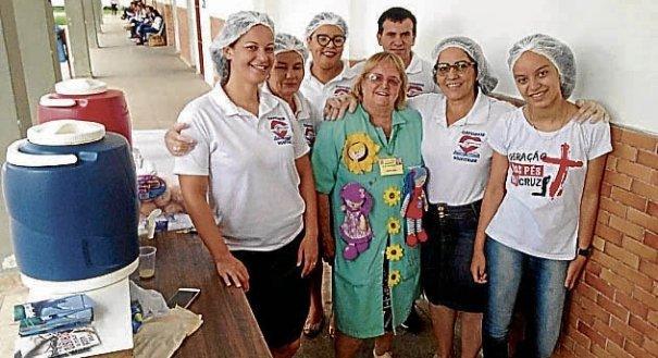 Moradores de rua ganham ceia de natal em Jardim da Penha.