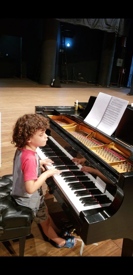 menino cego autista gênio teclado