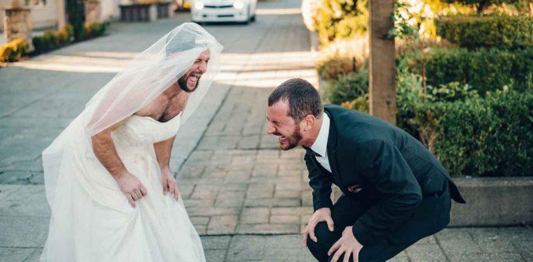 Noivo é surpreendido por melhor amigo vestido de noiva em casório