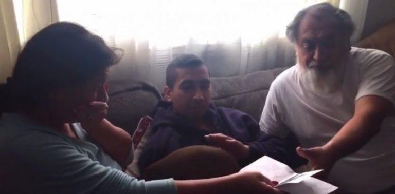 Filho surpreende seus pais pagando a hipoteca da casa como presente de Natal