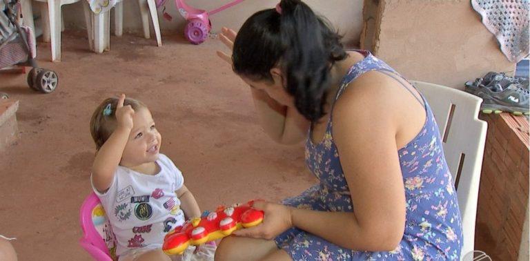 Menina aprende libras para se comunicar com pais deficientes auditivos