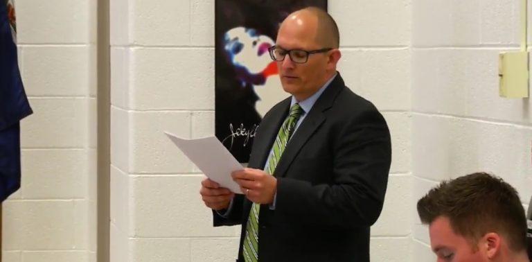Professor é demitido por se recusar a usar pronome de aluno trans