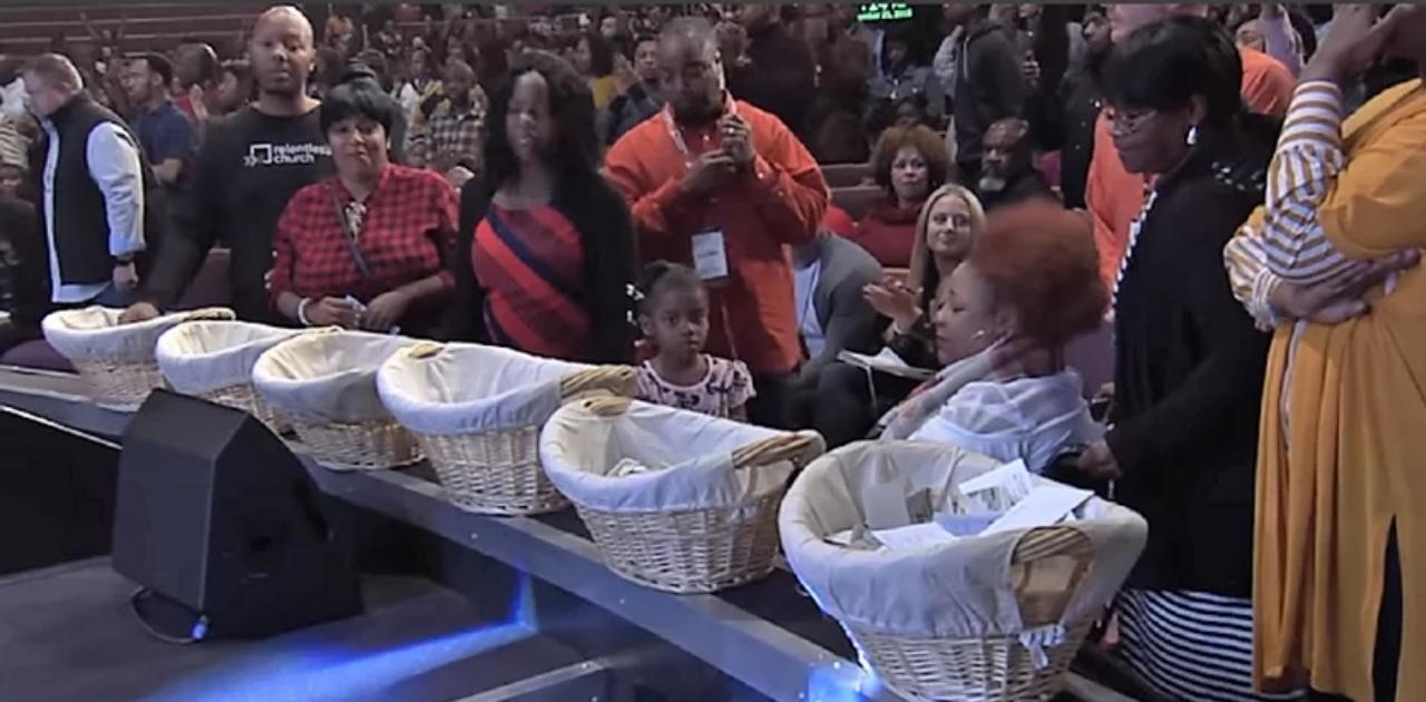 Pastor convida pessoas necessitadas a pegarem dinheiro do dízimo: