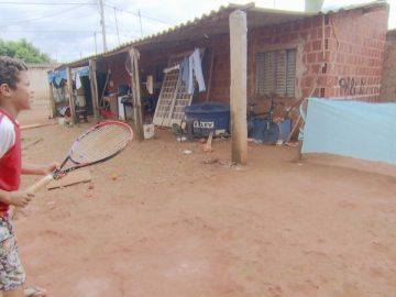 Criança de 9 anos moradora do Sol Nascente improvisa quadra de tênis no quintal de casa