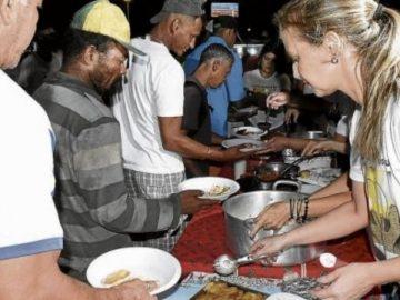 Moradores de rua ganham ceia de natal em Jardim da Penha