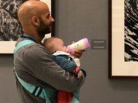 Solteiro adota menina com Down rejeitada por 20 famílias