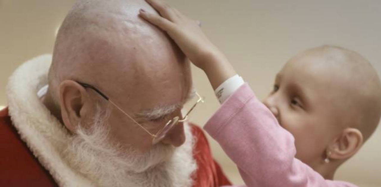 Papai Noel rapa o cabelo durante visita a crianças que lutam contra o câncer