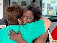 Mãe de sete filhos encontra e devolve carteira com R$ 500 para sua dona