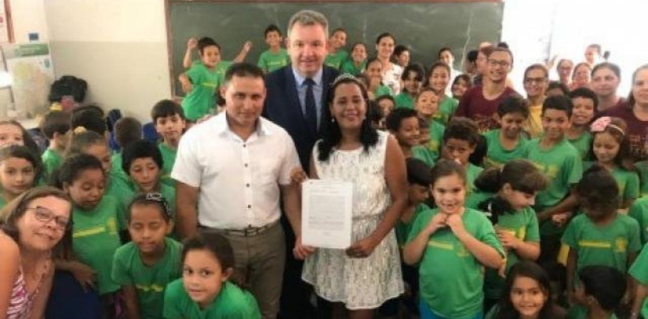 Sem poder levar alunos para cerimônia, professora casa na sala de aula