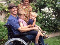 Pai com doença terminal escreve cartões para os filhos pequenos