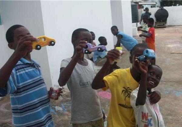 Aposentados criam fábrica de brinquedos e doam a crianças carentes