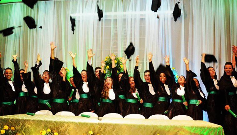 empresa dá formatura graça a estudantes