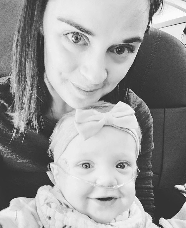 Homem oferece lugar em primeira classe para mãe com bebê doente