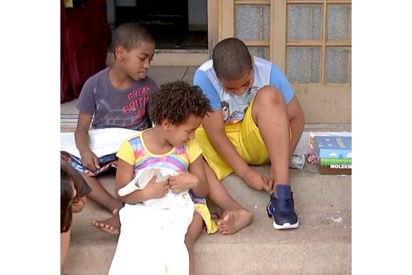 Mãe de sete que devolveu carteira com R$ 500 recebe doações do país inteiro