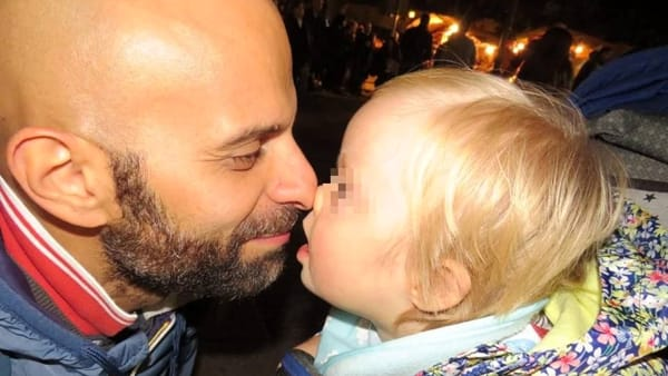 Solteiro adota menina com Down rejeitada por vinte famílias