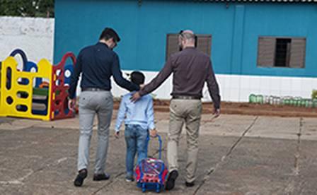 Após ser rejeitado por duas famílias, menino é adotado por casal: 'Agora tenho dois pais'