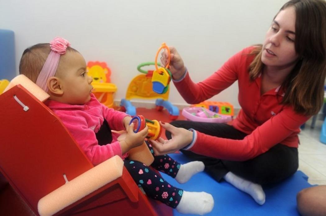 Cadeira distribuída gratuitamente melhora a postura de crianças com deficiência