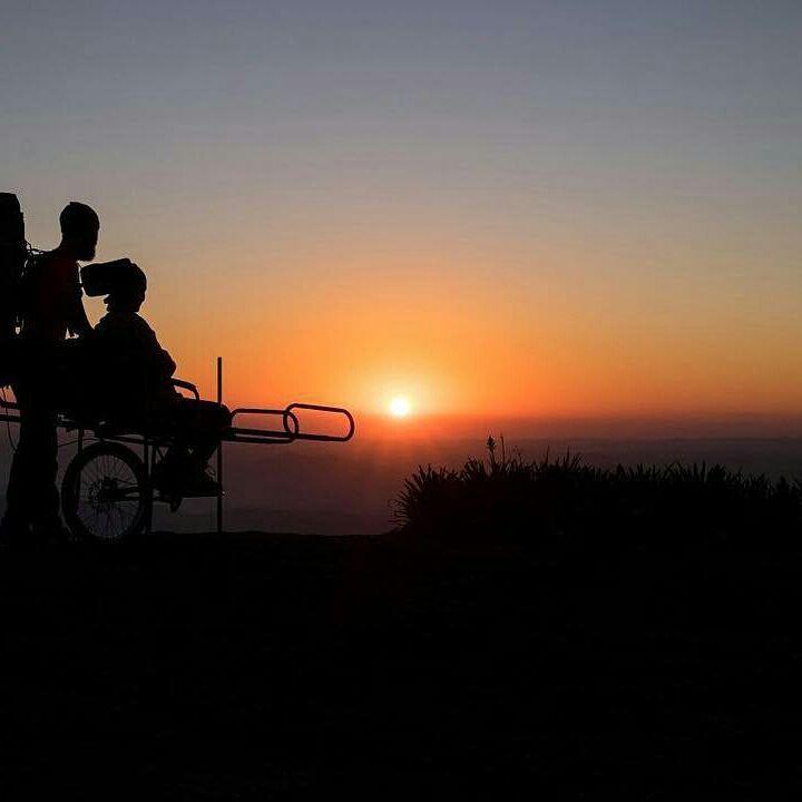 marido cadeira especial esposa montanhas