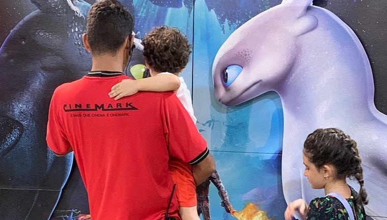 Funcionário de cinema na Bahia se aproxima de garotinho autista e o conquista com gesto emocionante 1