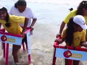 Ação presenteia crianças com deficiência com andadores de PVC para poderem entrar no mar 1