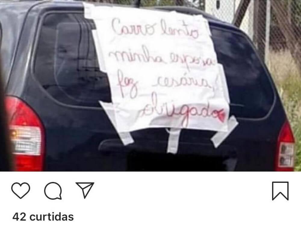 Após esposa fazer cesárea, marido coloca cartaz sincero no carro e viraliza