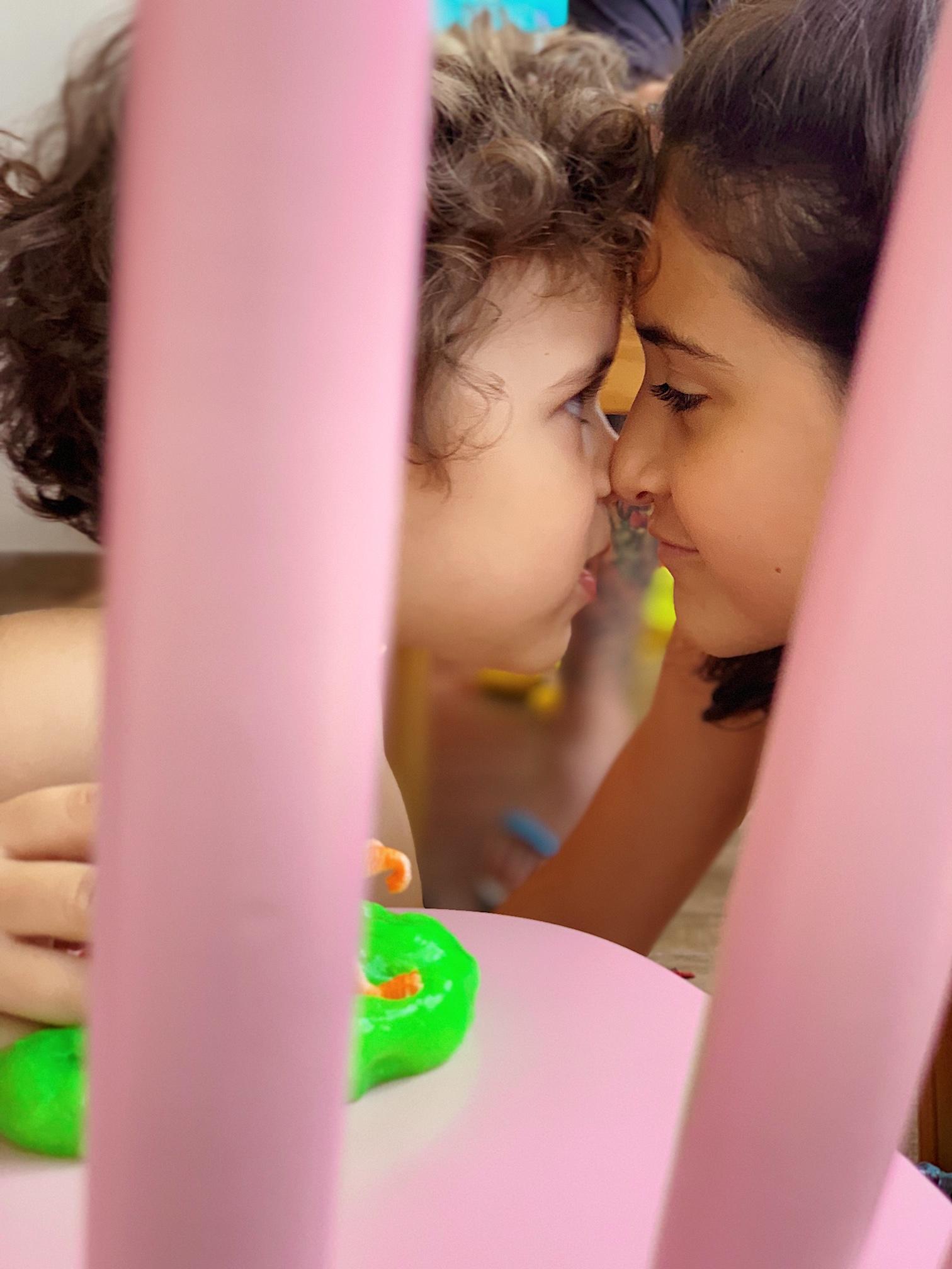 Funcionario cinema Bahia aproxima garotinho autista conquista gesto emocionante