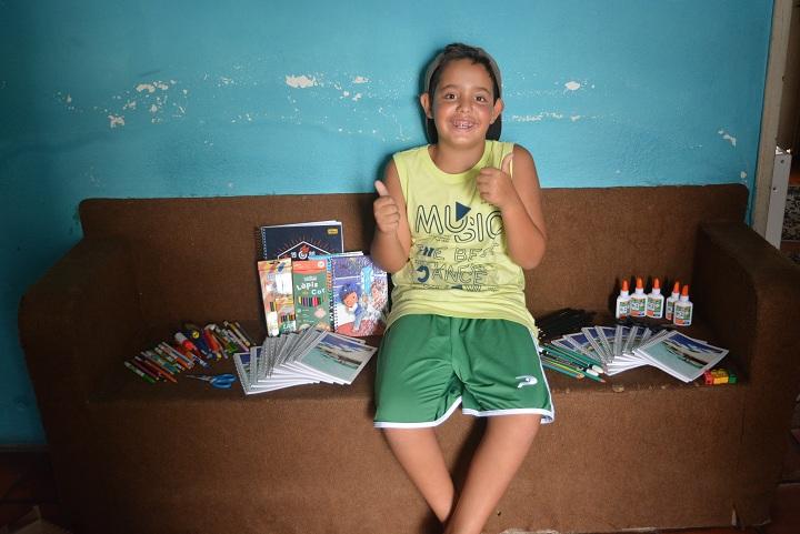 Durante as férias, garoto arrecada materiais escolares para crianças carentes