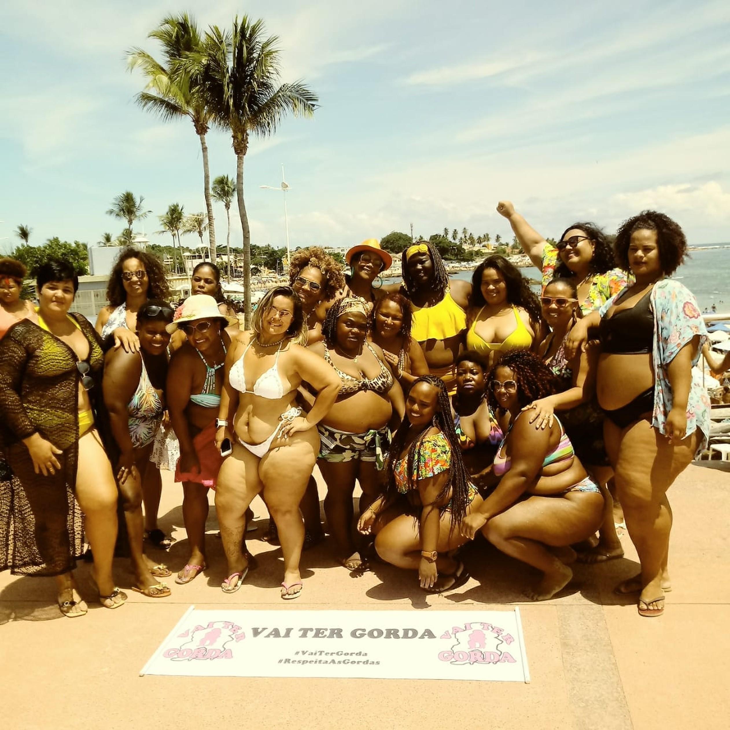 """Contra preconceito, mulheres fazem ato """"Vai Ter Gorda na Praia"""", sim!"""