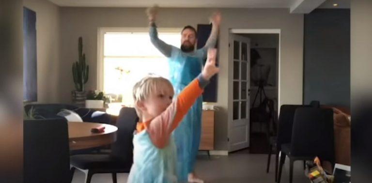 Fantasiados de Elsa, a Rainha da Neve, pai e filho conquistam a internet