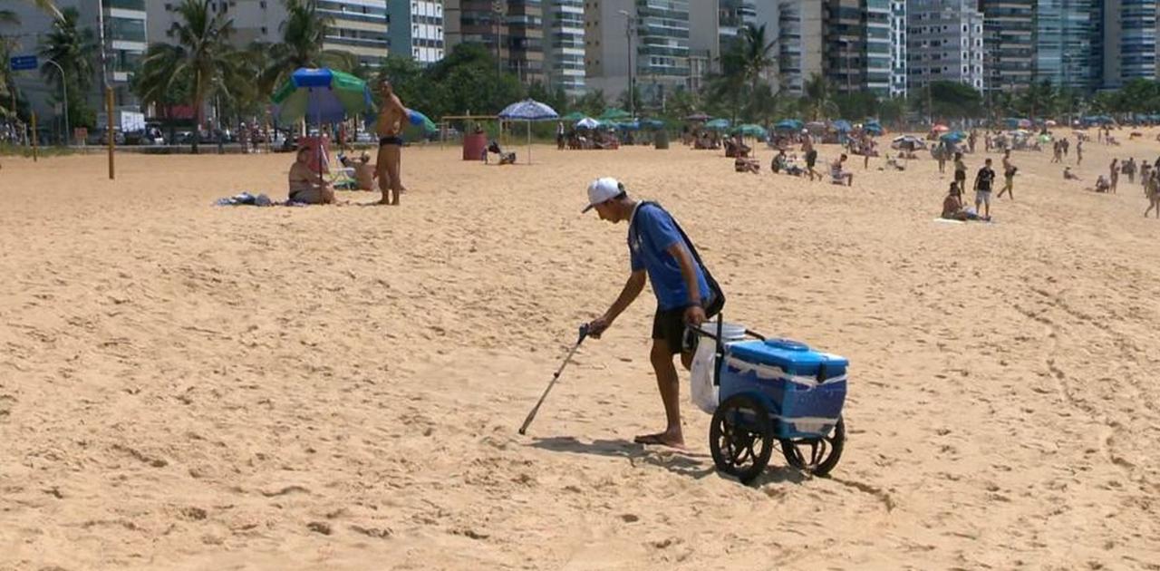 Vendedor de picolé recolhe lixo durante trabalho e ajuda a limpar praias de Vila Velha