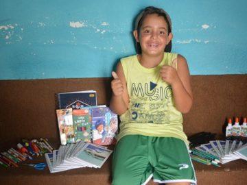 Durante as férias, garoto arrecada materiais escolares para crianças carentes 2