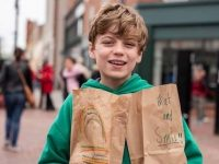 Garoto de 12 anos distribui milhares de almoços gratuitos a desabrigados
