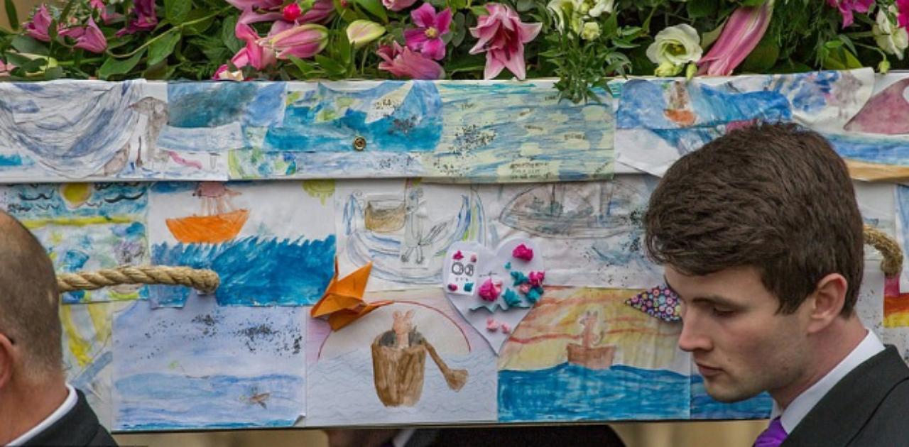 Professora é enterrada em caixão coberto por desenhos de seus ex-alunos