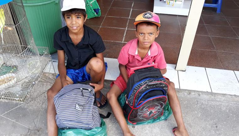 família compra material escolar irmãos catavam papelão
