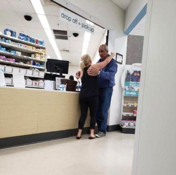 Desconhecida paga conta de idoso sem condições na farmácia