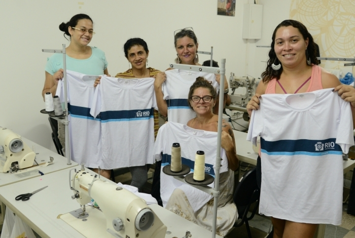 Costureiras e detentas de presídio se unem para fazer uniformes para alunos das escolas do Rio