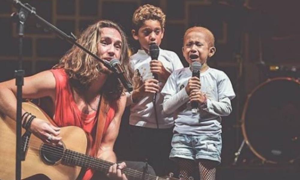 Vitor Kley canta ao lado de fã mirim com câncer e ela vai às lagrimas