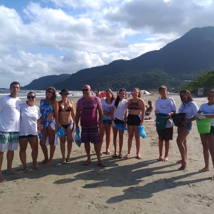 famílias recolhem lixo praias peruíbe